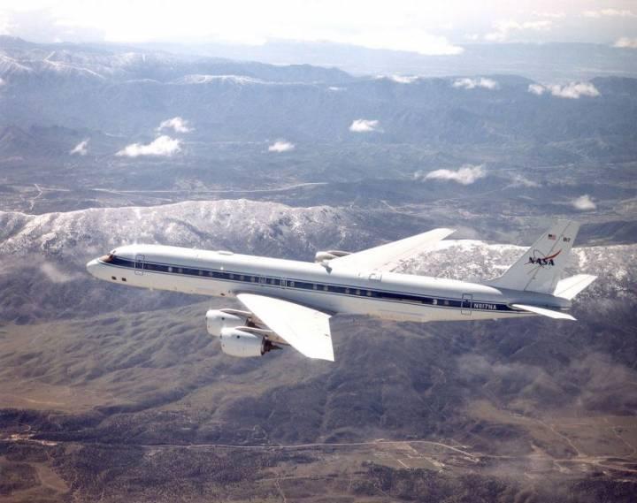 Douglas_DC-8_over_Mint_Canyon-California