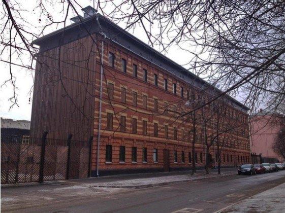 Здание тюрьмы в спальном районе Москвы.
