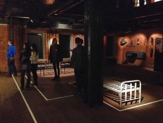 Расчерченный пол обозначает размер тюремных камер в подразделениях ГУЛАГа. На фото видно, что все посетители – молодые люди. Из музея они уйдут подавленные, ненавидя прошлое своей страны.