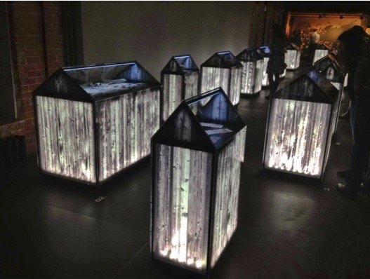 Оформление ещё одного зала. Экспозиции в виде стилизованных гробов с мрачной эффектной подсветкой.