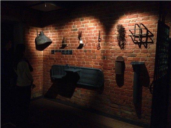 Мрачная кирпичная стена и набор железных изделий. Одинокие кандалы не в состоянии испортить умело созданную дизайнером картину средневековой камеры пыток. На молодёжь такие вещи впечатление производят просто убийственное.