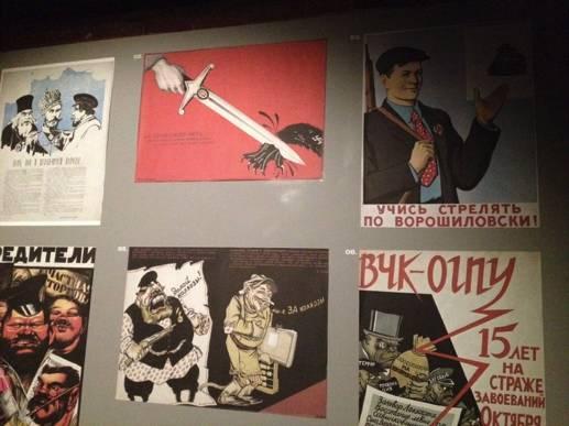 Экспозиция «Враги народа». Причём здесь спортивный «ворошиловский» плакат – непонятно.